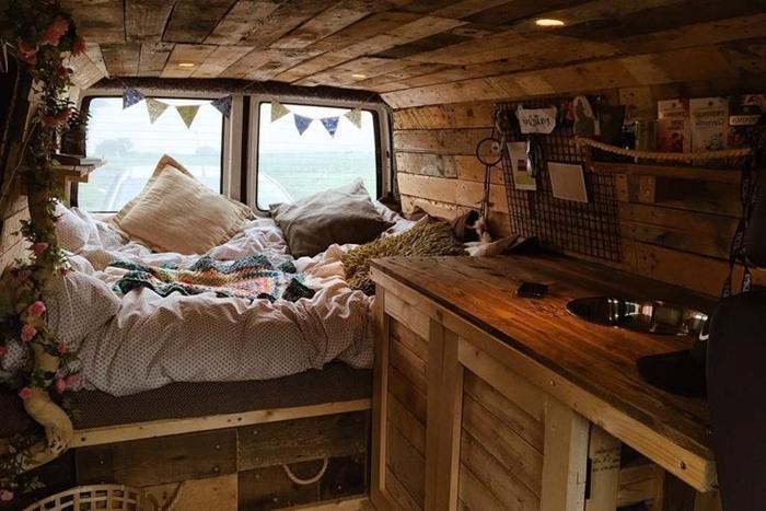 amenagement van hippie chic style bohème mur bois rustique guirlande papier coussins décoratifs comptoir bois brut