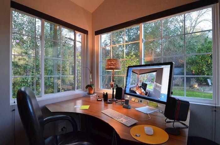 amenager un bureau dans le jardin un office aux grandes fenetres equipee d ordinateur vu sur la foret