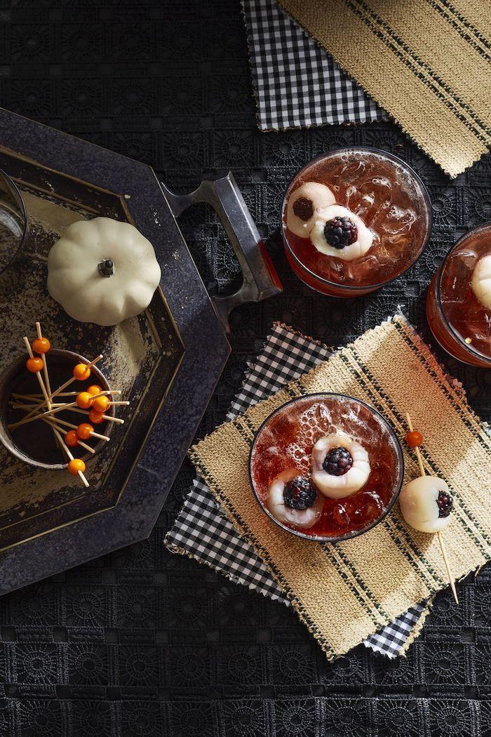 apero dinatoire halloween des cocktails servi sur des serviette decoration de courgette