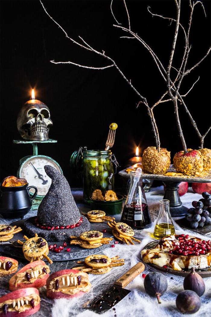 apero dinatoire halloween un vaste assortiment des amuses bouche une table decore avec chapeau de sorciere