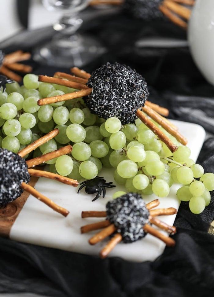 apero halloween des araignees fait de balles de frommage garni avec raisins