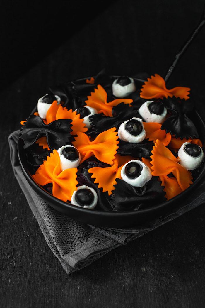 apero halloween des pates colrees farfalles garnis de mozarella et olives noires recette facile a preparer