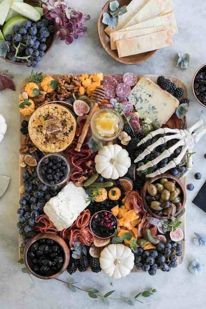 apero halloween plateau de fruits frommages et olives decoration de squeletttes