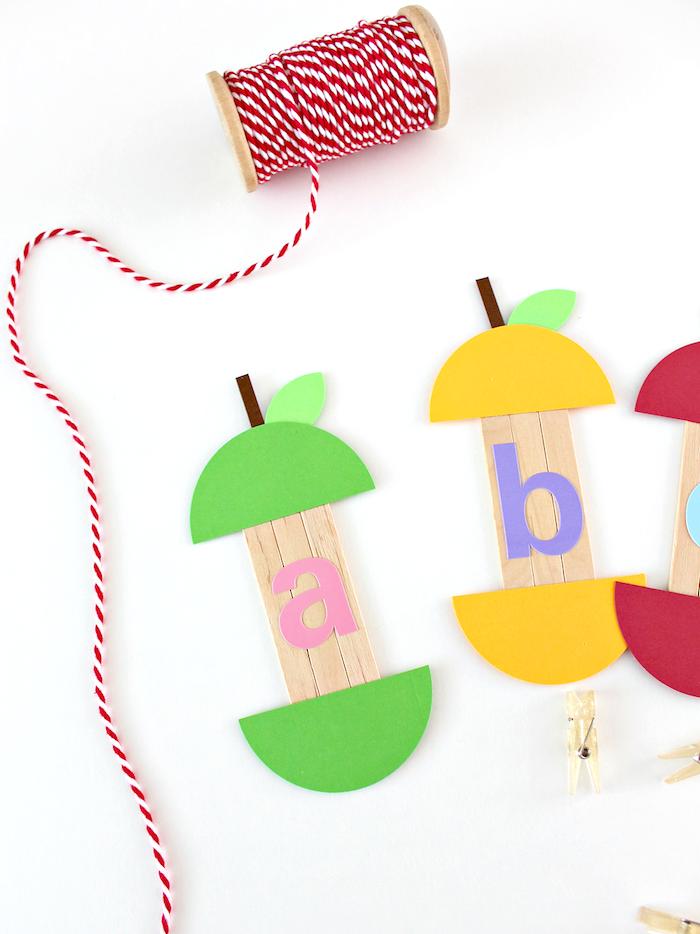 apprendre l alphabet avec des batonnets de glace transformés motif pomme avec lettres de l alphabet colorés activité 6 8 ans bricolage facile et rapide