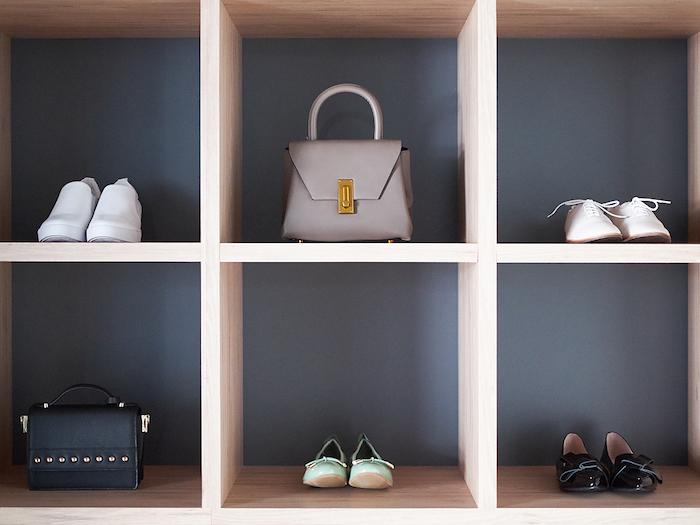 armoire presque vide avec que des sacs et des chaussures boite rangement ikea