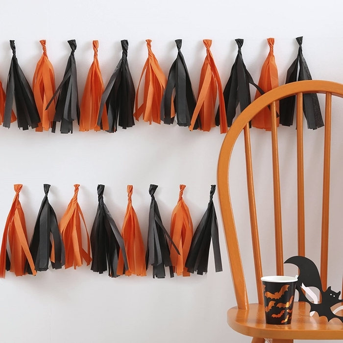 art papier guirlande diy glands franges orange et noir decoration halloween maison chaise bois marron chauve souris papier