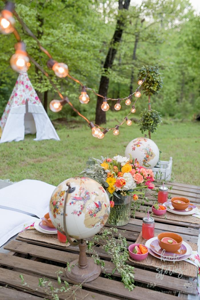 au jardin décorer style bohème chic guirlande lumineuse globus deco recup mariage automne deco automne a faire soi meme table en palettes