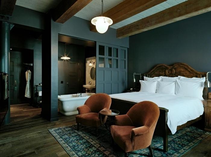 baignoire dans chambre décoration chambre parentale murs foncés peinture foncée gris anthracite plafond blanc poutres bois apparentes