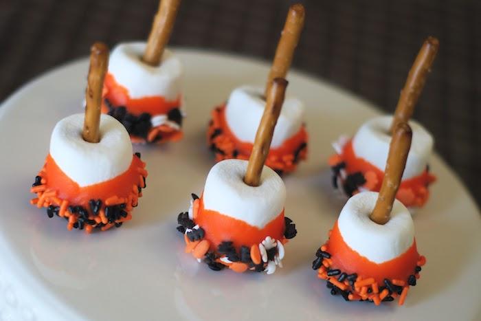 balais de sorciere en guimauve marshmallow au chocolat orange avec des vermicelles pepites chocolat et bretzel baton idee repas halloween simple