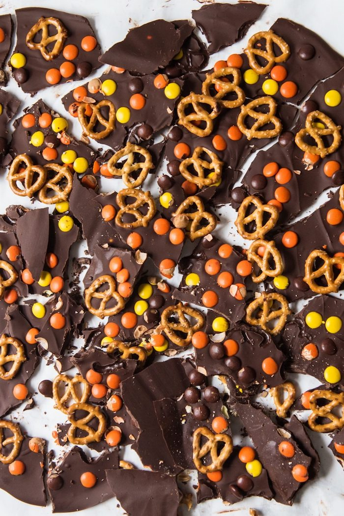 barres de chocolat couleur marron jaune et orange de bonbons et des bretzels idée recette halloween facile