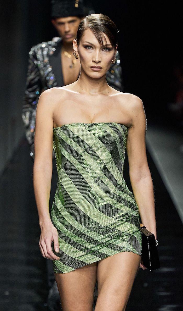 bella hadid défilé de mode .portant une robe mini bustier vetement femme chic inspiration pour les années 2000