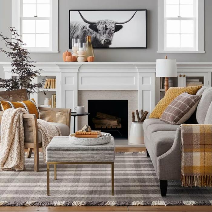 belle déco d automne appartement confortable plaid tapis et coussin canapé gris salon bien décoré