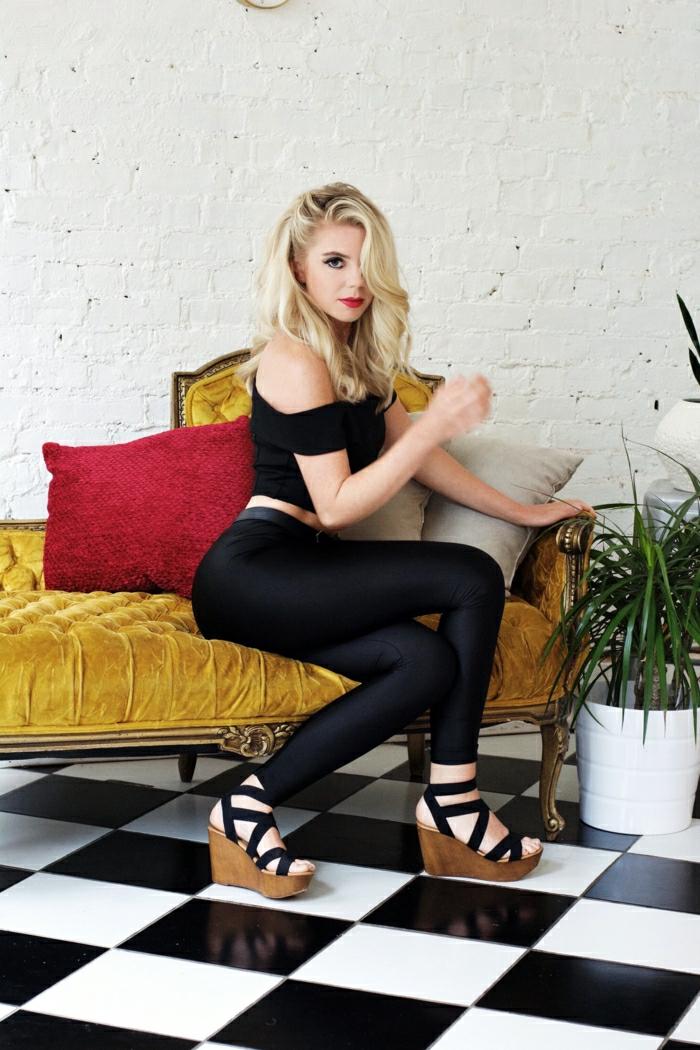 idee de deguisement de film femme en débardeur et pantalon fuseau noir