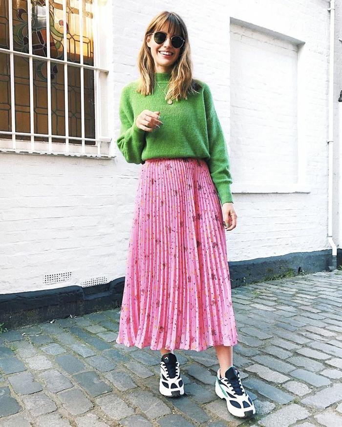 belle femme tenue avec baskets jupe rose pull vert jupe noire plissée ensemble femme chic tendance mode 2020