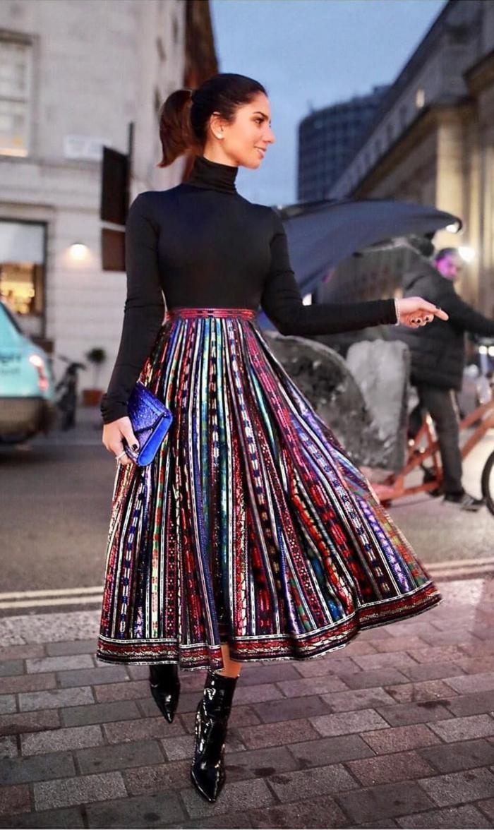 belle tenue jupe coloré bottines laqués pull quelles chaussures porter avec une jupe longue plissee