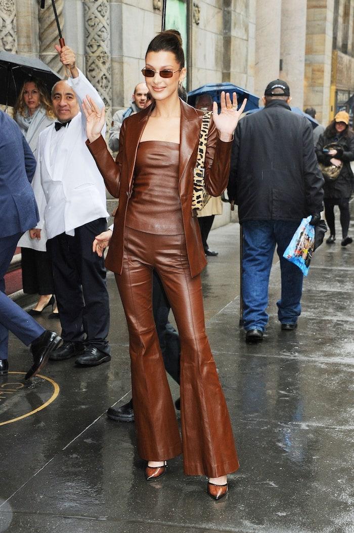 bellla hadid tout en cuir marron top courte veste et pantalon deguisement année 2000 retro chique première
