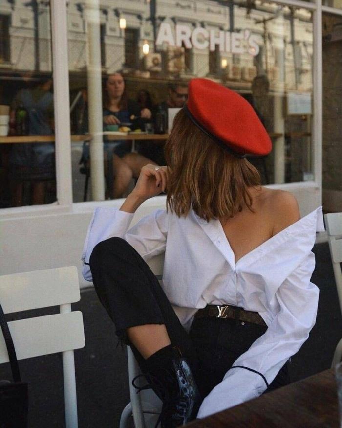 beret rouge chemise blanche jean noir et bottines look bcbg vestiaire des parisiennes tenue classe femme