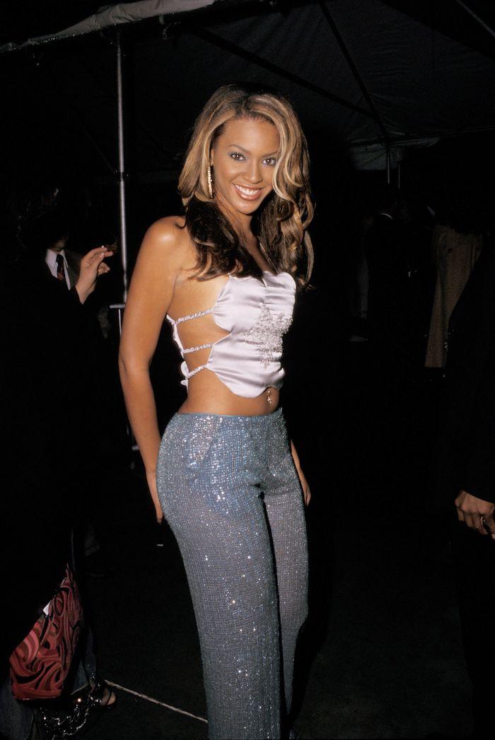 beyonce 2000s style des jeans brillantes et un top type camisole look vintage femme