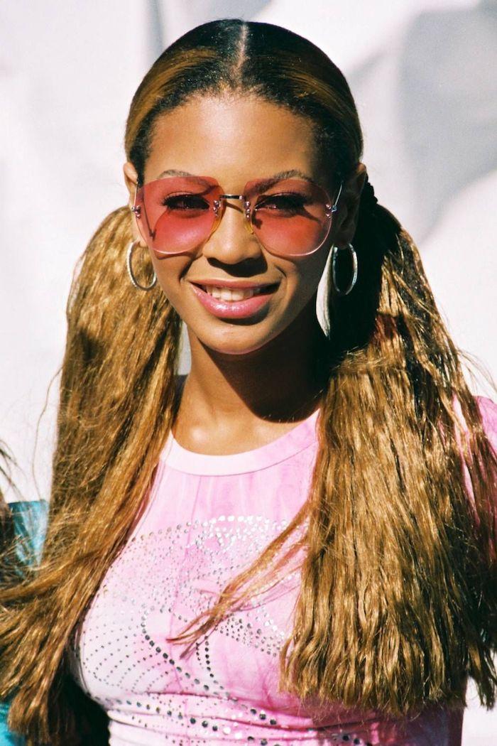beyonce en lunettes tintees roses et boucles d oreilles avec les cheveux en queue de cheval