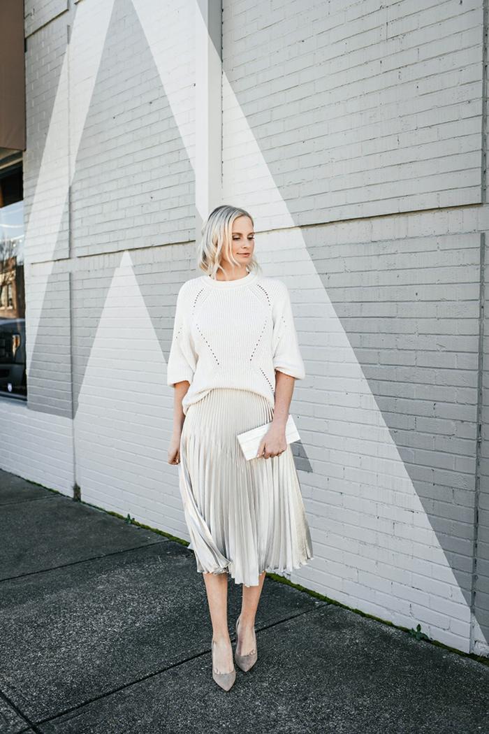 blanche tenue pull et jupe jupe longue plissée noire inspiration tenue jupe chic et tendance chaussures pointues a talon couleur neutre