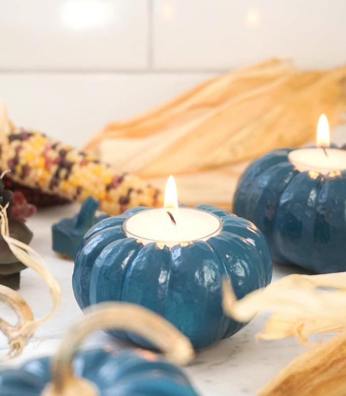 bougeoir halloween original a faire soi meme dans mini potimarron repeint en bleu avec bougie à l intérieur