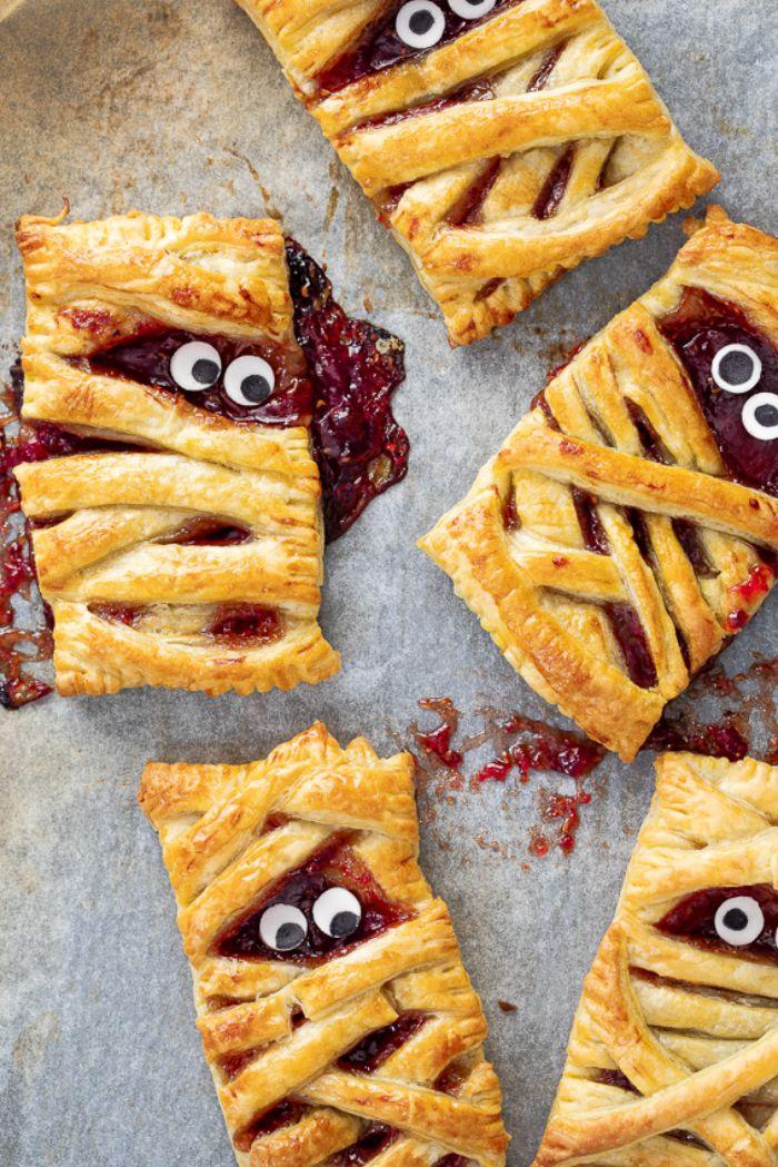 boulangerie patisserie halloween idée tartelettes maison à la pâte feuilletée et confiture de fruits rouges dessert simple motif momie