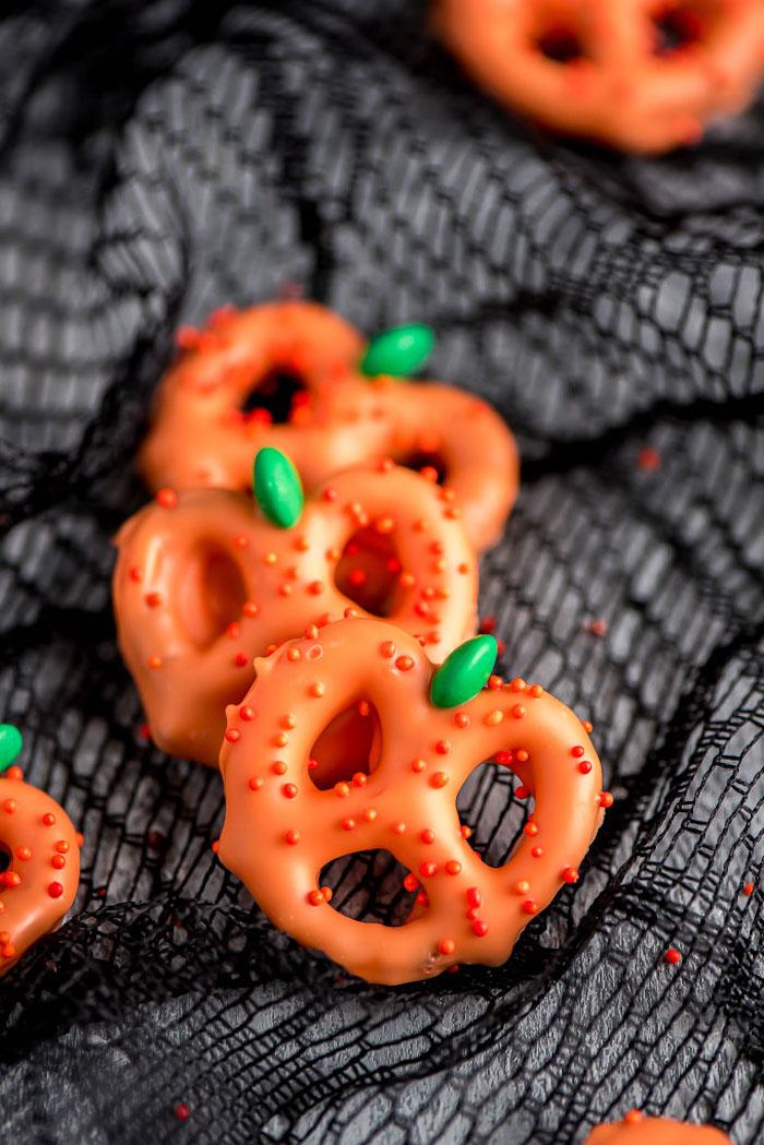 bretzels motif citrouille au chocolat blanc teinté colorant alimentaire orange et bonbon vert pour feuille recette halloween facile