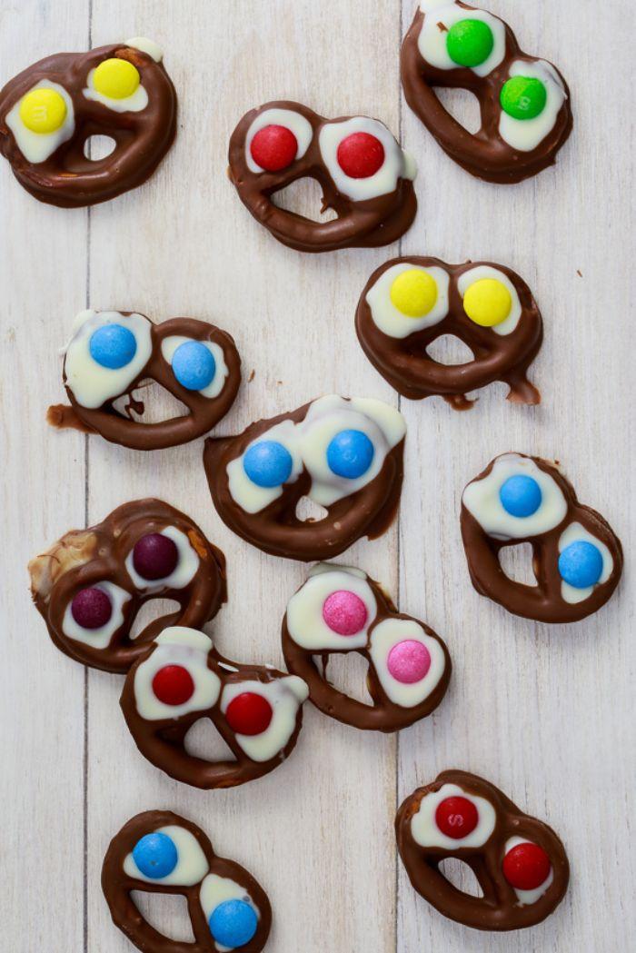 bretzels style monstre au chocolat au lait chocolat blanc et des bonbons mm idee recette d halloween originale fait maison
