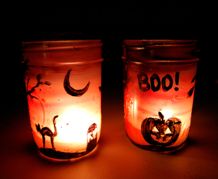 bricolage halloween adulte peindre des silhouettes motifs halloween sur pot en verre repeint à l interieur pour faire diy halloween lanterne