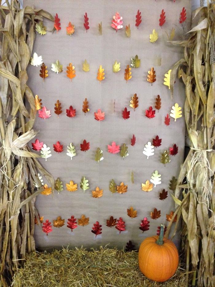 bricolage halloween facile guirlande fil feuilles papier doré citrouille orange décor paille mur automne créations papier