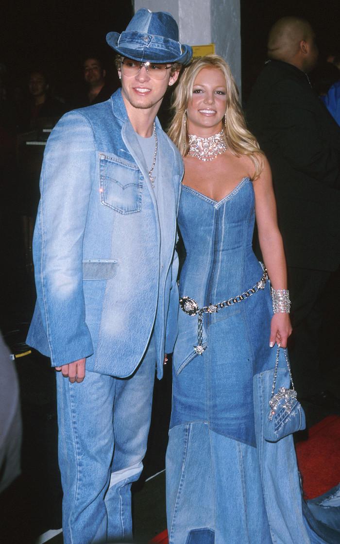 britney justin denim couple et look iconique toute en jean robe veste et chapeau deguisement année 2000