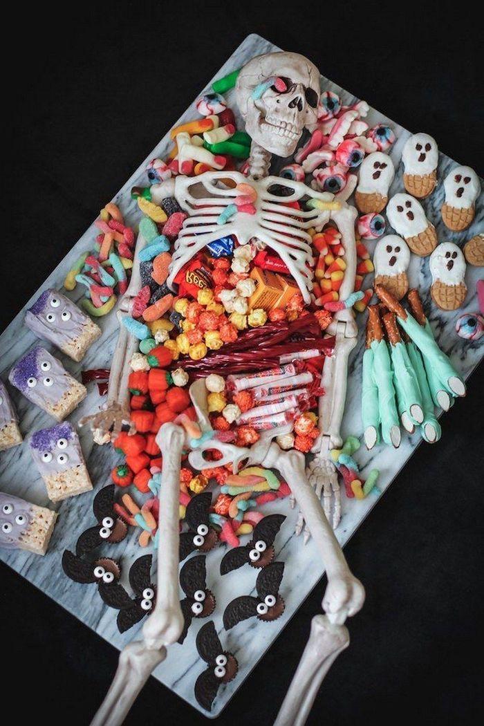 buffet d halloween sucre une squelette entoure des bonbons des sucreries idee de service