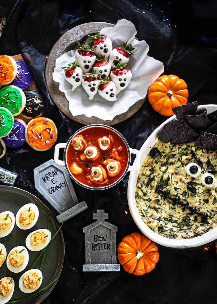 buffet halloween quiche lorraine oeufs farcis sauce de tomates et decoration de citrouilles
