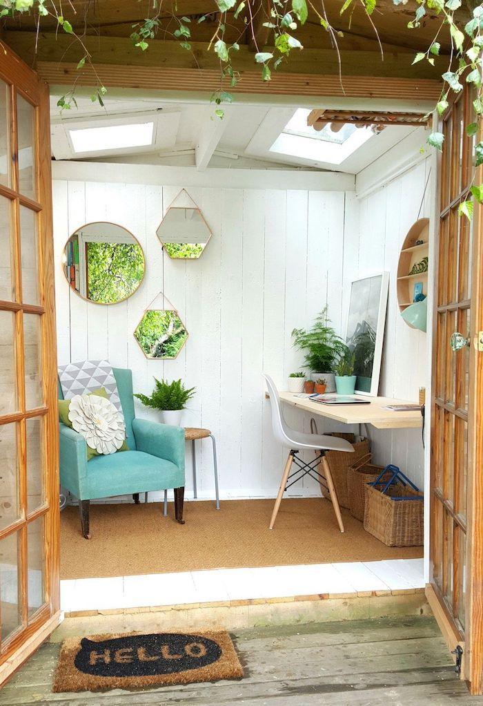 bureau cocooning decore de miroirs un fauteuil bleu et pots a fleurs murs blanches de palisses