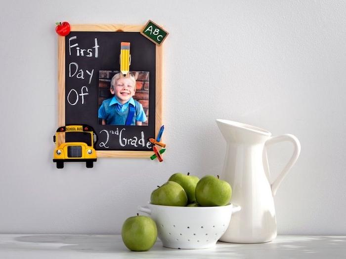 cadre photo avec fond peinture à la craue photo enfant et déco avec de petits figurines aimantées