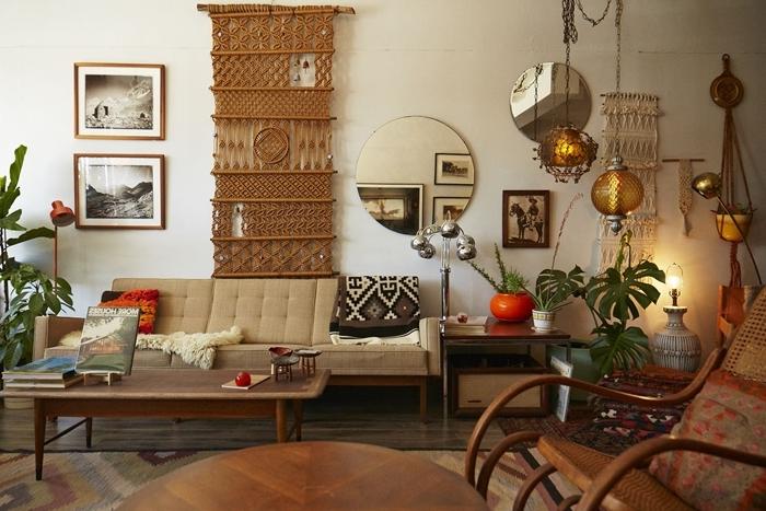 cadre photo bois photo blanc et boir art mural deco salon boheme canapé bois beige table basse bois plantes vertes
