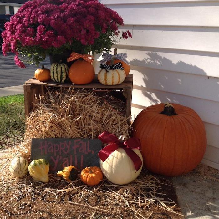 cagette de bois recycké et deco courges variés botte de foin fleurs d automne décoration halloween extérieur à fabriquer