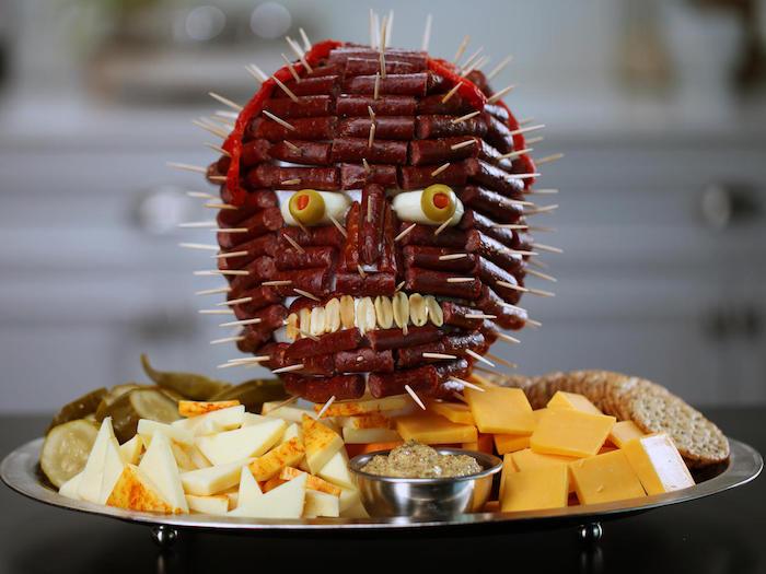 cake salle halloween une tete effrayante de saucissons garni de fromages idee originale
