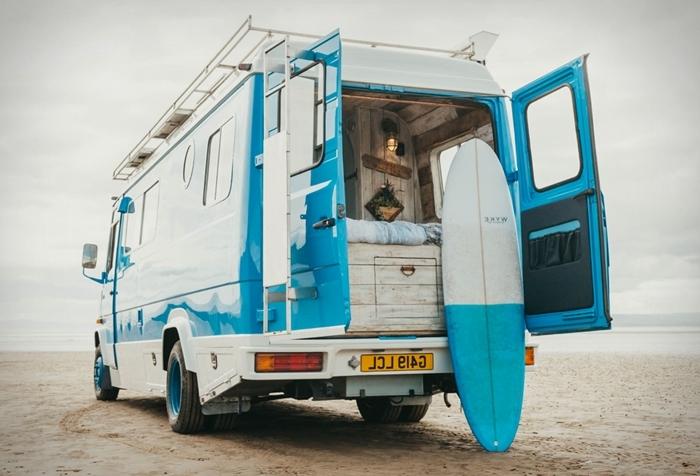 camping van vie voyage bohème fourgon aménagé interieur meubles bois isolation revêtement matériaux bois éclairage