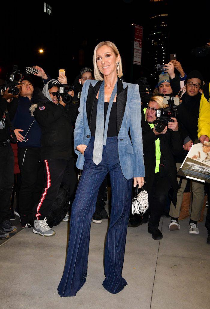 celine dion vetu tout en jean avec une cravate devant les photographes look vintage femme