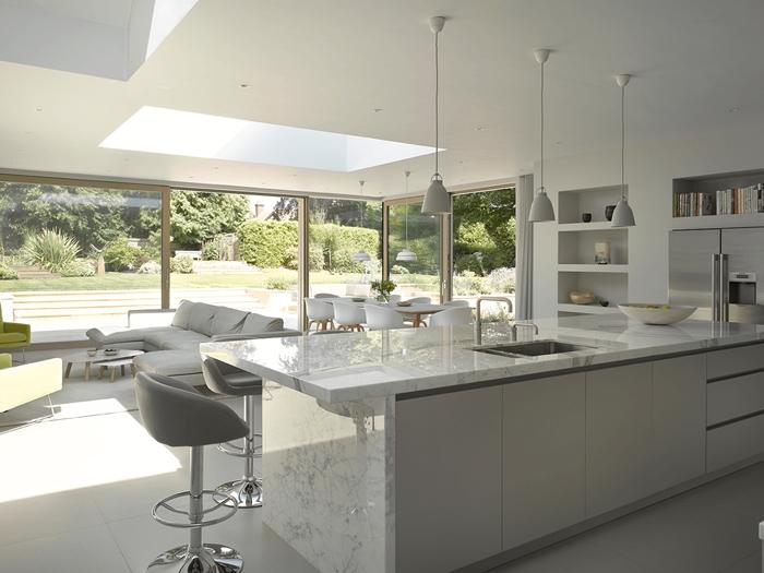 chaise de bar grise lampe suspendue gris mat cuisine en marbre plan de travail blanc agencement cuisine avec îlot