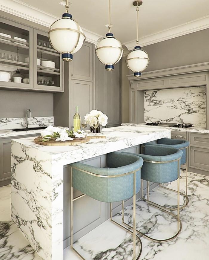 chaises de bar métal agencement de cuisine en l avec îlot central idée éclairage de cuisine plan de travail marbre blanc et gris