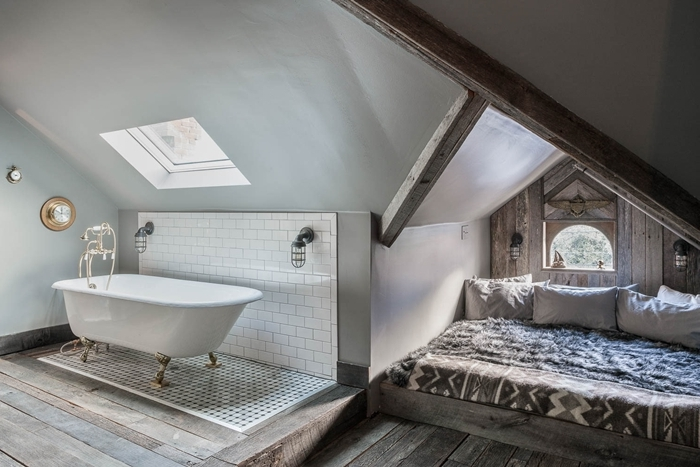 chambre avec salle de bain aménagement sous combles poutres apparentes bois décoration lit cocooning avec coussins