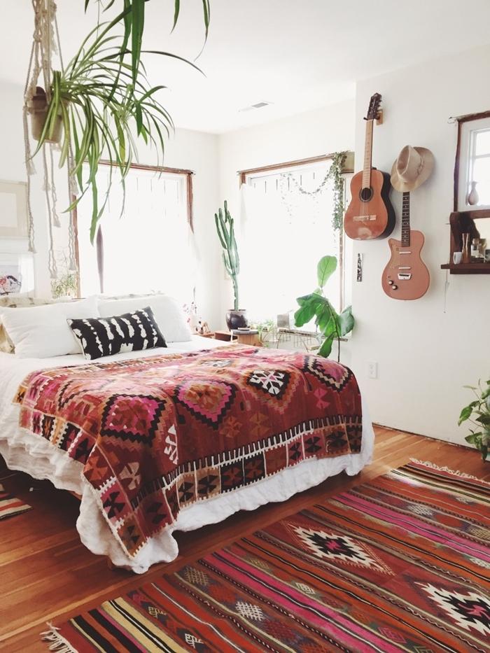 chambre blanche parquet bois tapis motifs ethniques franges coussin aquarelle noir et blanc décoration bohème plantes vertes