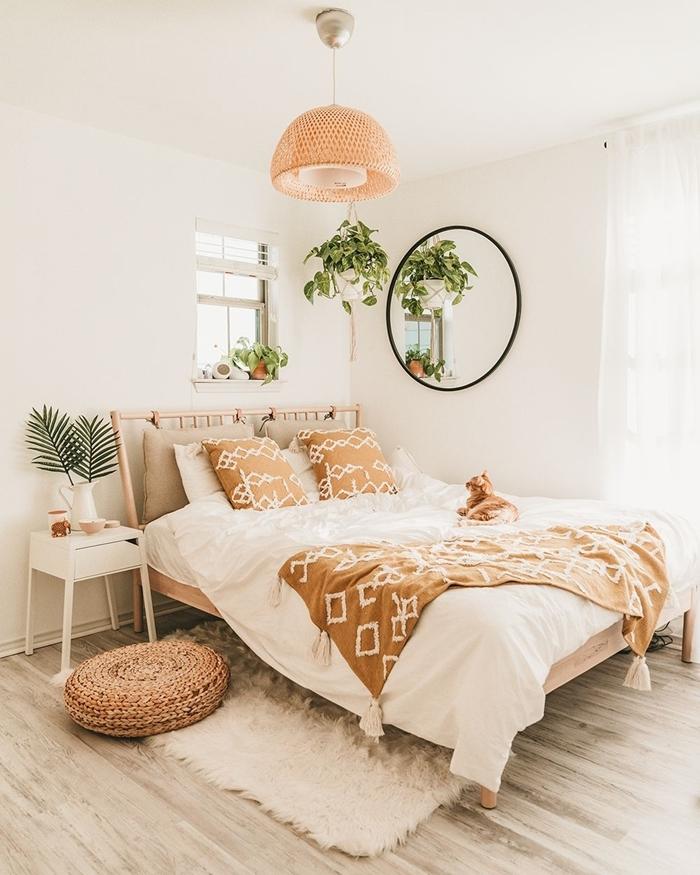 chambre bohème chic tête de lit bambou lustre fibre végétale pouf tressé tapis fausse fourrure blanche jeté lit moutarde