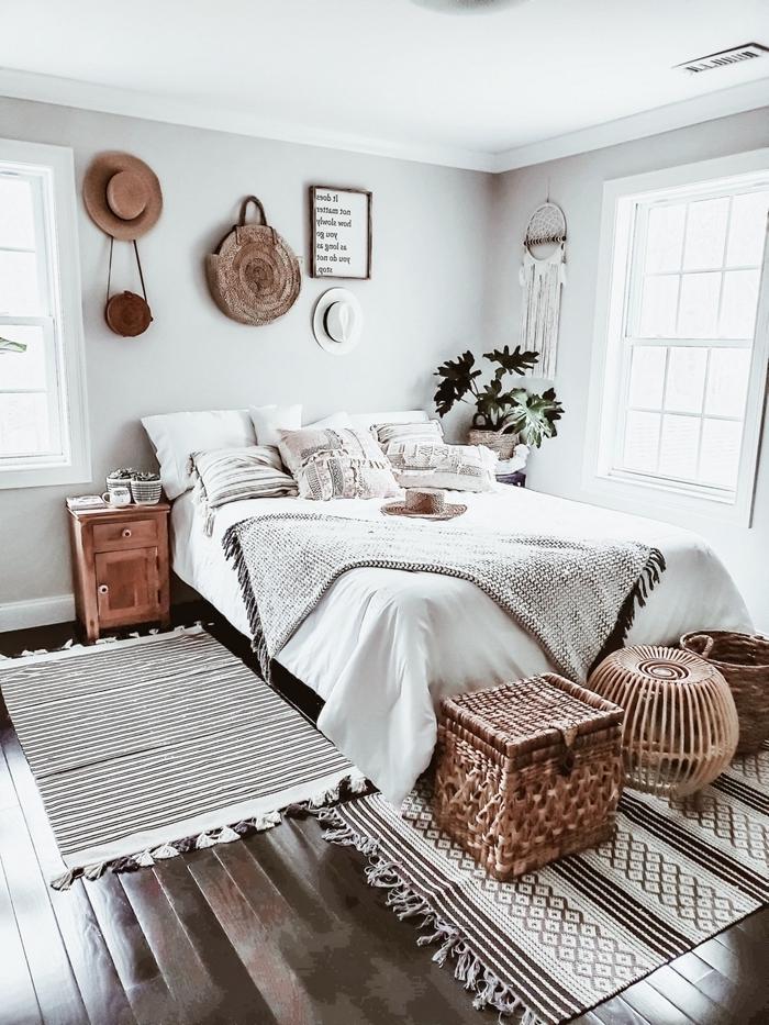 chambre boheme style minimaliste meubles bois fibre naturelle accessoire chapeau mur crochets sac main paille tapis franges