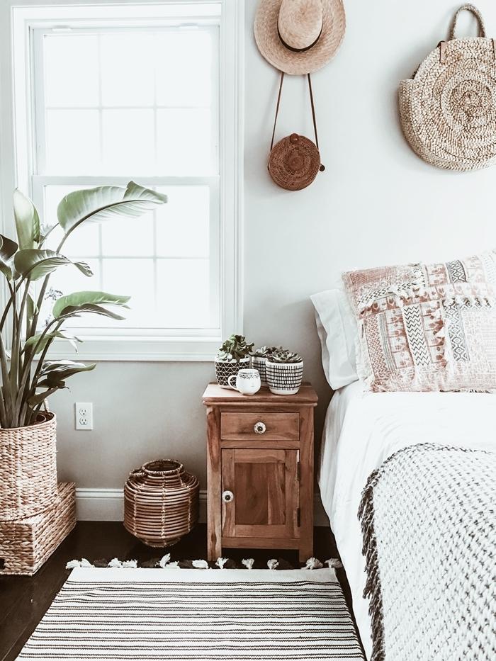 chambre style bohème meuble de chevet bois tapis blanc et noir franges cache pot tressé plantes vertes d intérieur