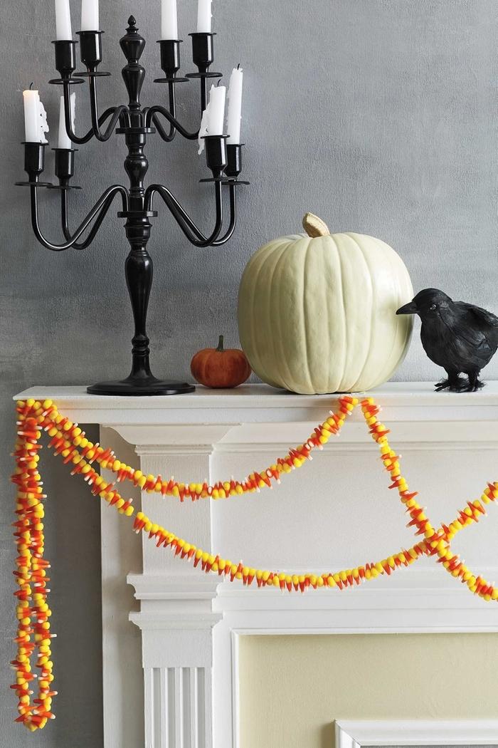 cheminée blanche peinture murale grise bougeoir noir deco halloween a faire soi meme citrouille blanche guirlande