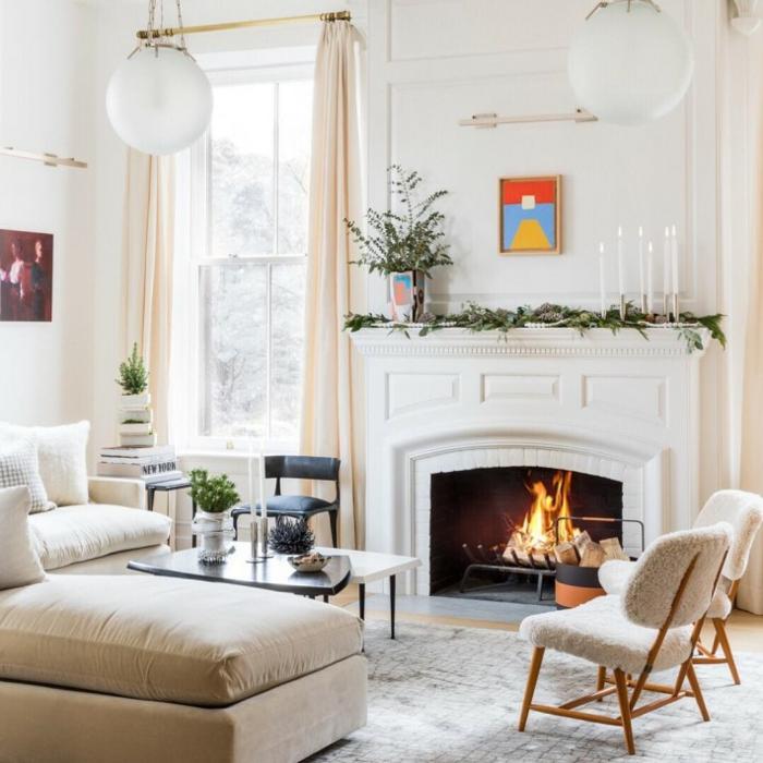 cheminée foyer fermé peinture murale blanche idee deco salon cosy canapé cocooning table basse bougies hautes