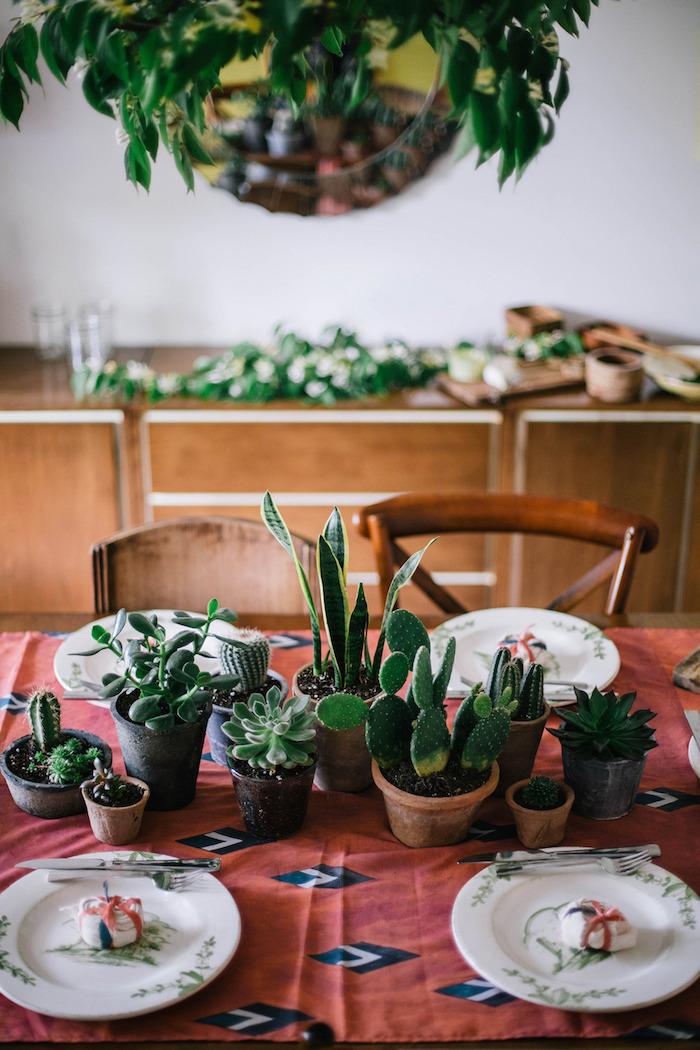 chemin de table en pots de cactus style mexicain sur nappe motif azteque plante d intérieur exotique